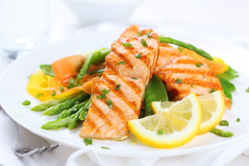 Salmon with asparagus and lemon
